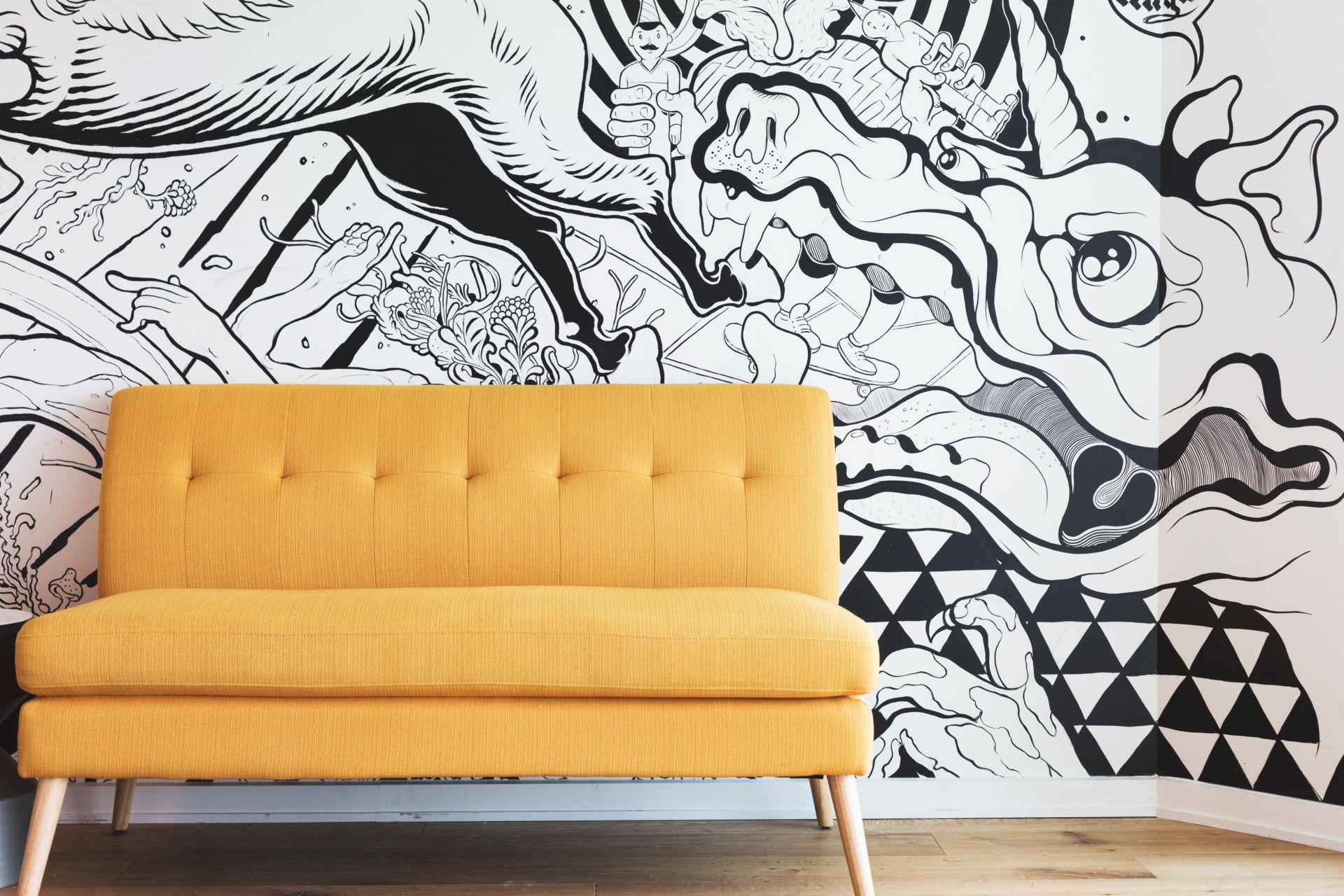 canapé jaune mur street art